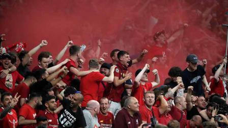 Selebrasi fans Liverpool saat Divock Origi mencetak gol penentu kemenangan Liverpool atas Tottenham Hotspurs.