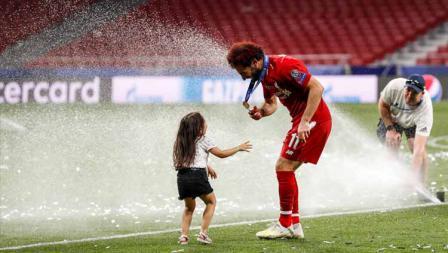 Mohamed Salah merayakan kemenangan bersama sang anak.