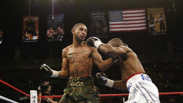 Pertarungan tinju antara Diego Corrales (kiri) melawan Joel Casamayor (kanan), 4 Oktober 2003. Copyright: Jed Jacobsohn/Getty Images