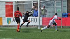 Indosport - Aksi Dayen Gentenaar ketika masih membela AFC Amsterdam U-18