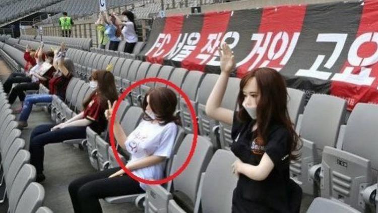 Boneka seks di tribun klub Korea Selatan, FC Seoul Copyright: twitter.com/AndyRobsonTips