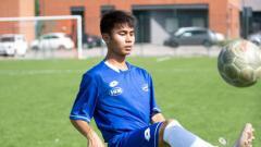 Indosport - Sejumlah wanita cantik diketahui berjasa dalam karier sepak bola Emir Eranoto, pemain Indonesia yang merumput di Liga Italia.