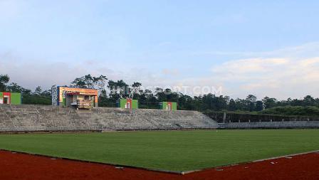 Stadion modern ini dirancang tanpa lintasan lari seperti stadion kebanyakan di Indonesia.