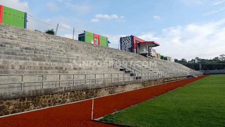 Tanpa adanya lintasan lari, membuat tribun penonton sangat dekat dengan lapangan.