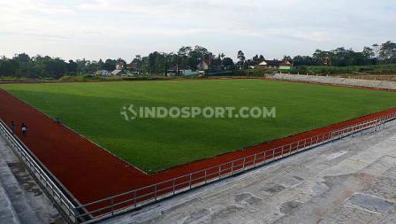Stadion Kebo Giro ini memakai rumput jenis Zoysia Martella.
