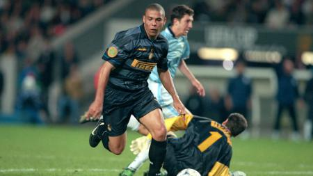 Ronaldo Nazario saat membela Inter Milan vs Lazio di final Liga Europa - INDOSPORT
