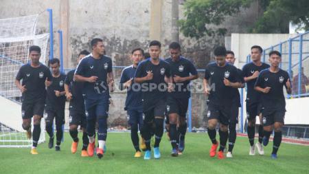 Para pemain klub Liga 1, PSIS baik senior mau pun junior ketika melakukan latihan di Stadion Citarum, Semarang. - INDOSPORT