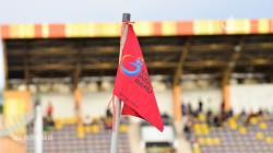 Tiang tendangan sudut dengan logo PT Liga Indonesia Baru (LIB).