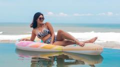 Indosport - Jess Amalia berpose di atas pelampung air