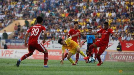 Ribuan suporter berbondong-bondong ke stadion Nam Dinh pada, Jumat (05/06/20) ketika kompetisi sepak bola kasta tertinggi di Vietnam kembali dilanjutkan. - INDOSPORT