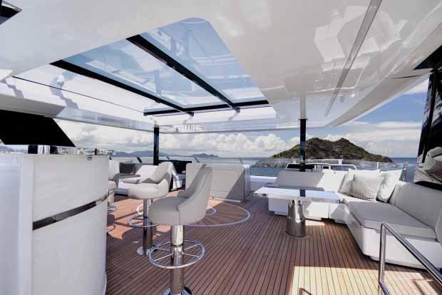 Ada bar dapat ditemukan di dek atas. Copyright: thesun/Sunreef Yachts