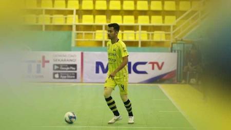 Pemain Cosmo FC, Muhammad Zakariyya Anwar melakukan program mandiri selama terhentinya kompetisi Pro Futsal League (PFL) 2020. - INDOSPORT