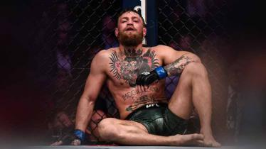 McGregor dengan wajah berdarah setelah menyerah di ronde ke empat. - INDOSPORT
