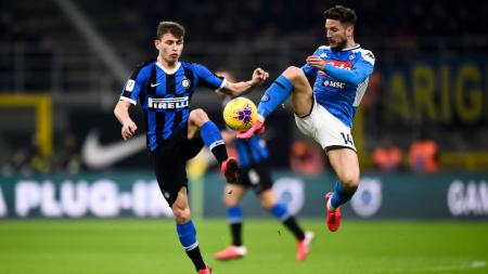 Dries Mertens (kanan) berduel dengan Nicolo Barella di laga Inter Milan vs Napoli - INDOSPORT