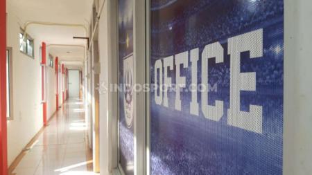 Lorong PSIS Office yang terletak di lantai 2 komplek Stadion Citarum. - INDOSPORT