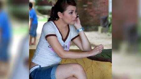 Presenter dan artis cantik Indonesia, Thessa Kaunang digombalin netizen karena unggah foto sedang lakukan yoga. - INDOSPORT