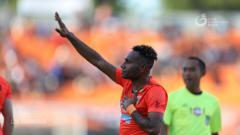 Indosport - Striker asal Papua milik Borneo FC Titus Bonai.