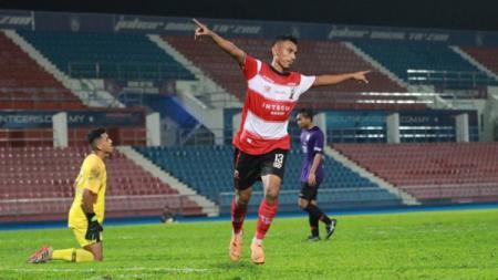 Momen bobol gawang Johor Darul Ta'zim II (JDT) jadi pembangkit gairah bintang Madura United Rivaldi Bawuo untuk rebut tempat utama. - INDOSPORT