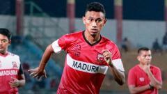 Indosport - Penyerang Madura United, Rivaldi Bawuo.
