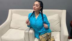 Indosport - Ring girl One Pride MMA sekaligus dish jockey (DJ) cantik, Siva Aprilia, memamerkan momen kesibukannya saat memandikan kuda.