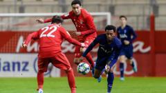 Indosport - Baru-baru ini wonderkid buangan Chelsea yang saat ini berseragam Bayern Munchen, Jamal Musiala (tengah) mencatatkan rekor.