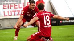 Indosport - Leon Goretzka (kanan) melakukan selebrasi usai mencetak gol kemenangan Bayern Munchen atas Borussia Monchengladbach