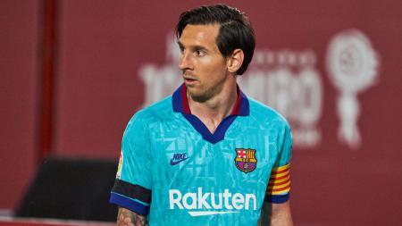 Akibat gagal mencetak gol dalam dua pertandingan terakhir, posisi Lionel Messi di puncak top skor LaLiga Spanyol kian terancam. - INDOSPORT