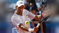 Indosport - Novak Djokovic dari Serbia saat melawan Alexander Zverev dari jerman.