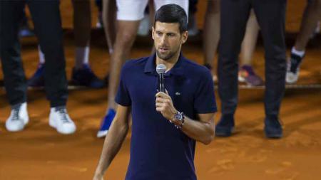 Novak Djokovic dari Serbia saat menyampaikan keterangan pada akhir pertandingan final pada hari ke-3 Tour Adria, 2020 di Belgrade, Serbia. - INDOSPORT