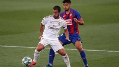 Indosport - Eden Hazard mencoba mempertahankan penguasaan bola di tengah penjagaan pemain Eibar.