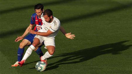 Thibaut Courtois memberikan pembelaan untuk rekan satu timnya, Eden Hazard yang masih melempem di Real Madrid karena cedera. - INDOSPORT
