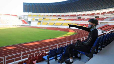 Gubernur Jawa Tengah, Ganjar Pranowo ketika mengunjungi komplek Stadion Jatidiri sambil berolahraga, Rabu (17/06/20). - INDOSPORT