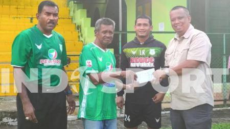 Legenda PSMS Medan, Mamek Sudiono (dua kiri), mendapat bantuan dari Manajemen PSMS di Komplek Stadion Kebun Bunga, Medan, Rabu (17/6/20) sore. - INDOSPORT