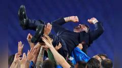 Indosport - Selebrasi pemain Napoli melampiaskan kegembiraannya dengan mengangkat pelatih Gennaro Gattuso usai menang dengan adu penalti melawan Juventus.