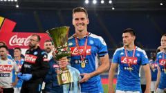 Indosport - Arkadiusz Milik (Napoli) merayakan kemenangan usai pertandingan Final Coppa Italia.