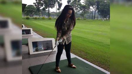 Pemain Persija Jakarta, Novri Setiawan memiliki istri bernama Annisa Cinthary yang hobi bermain golf. - INDOSPORT