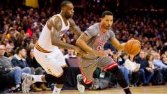 Indosport - LeBron James dan Derrick Rose beradu.
