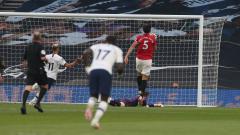Indosport - Harry Maguire eror saat menjadaga Steven Bergwijn di laga Tottenham vs Manchester United.