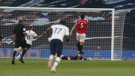 Harry Maguire eror saat menjadaga Steven Bergwijn di laga Tottenham vs Manchester United. - INDOSPORT