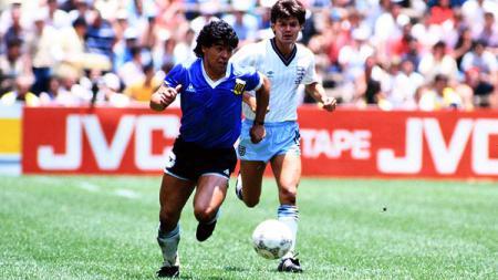 Diego Maradona (kiri) menggiring bola pada laga Argentina vs Inggris di babak perempatfinal Piala Dunia 1986. - INDOSPORT