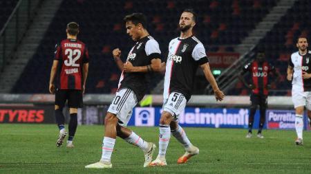 Paulo Dybala merayakan golnya pada pertandingan Serie A Italia antara Bologna vs Juventus, Selasa (23/06/20) dini hari WIB. - INDOSPORT