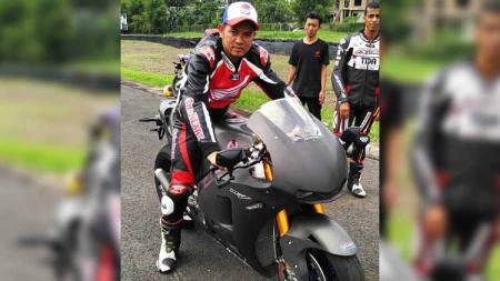 Ahmad Jayadi, merupakan mantan pembalap Indonesia yang pernah 'berduel' dengan rider kawakan MotoGP, Valentino Rossi pada tahun 1996-1997. - INDOSPORT