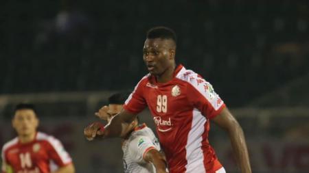 Penyerang asal Guinea-Bissau, Amido Balde tampil gemilang saat Ho Chi Minh City mempermalukan Than Quang Ninh 3-0 pada lanjutan Liga Vietnam. - INDOSPORT