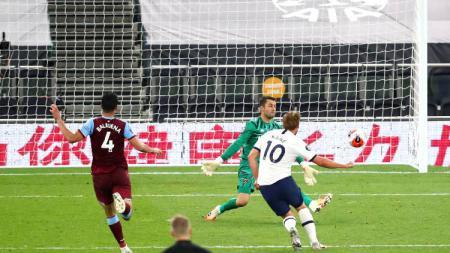 Harry Kane mencetak gol pada pertandingan Liga Inggris antara Tottenham Hotspur vs West Ham, Rabu (24/06/20) dini hari WIB. - INDOSPORT