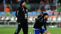 Indosport - Legenda Timnas Argentina, Diego Maradona (kiri) dianggap alami kematian tak wajar, pengacaranya langsung tempuh jalur hukum.