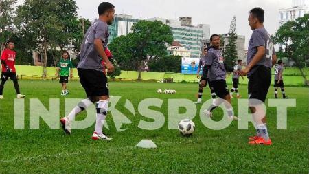Pemain PSMS Medan menggelar latihan rutin mereka di Stadion Kebun Bunga, Medan, Rabu (24/6/20) sore. - INDOSPORT