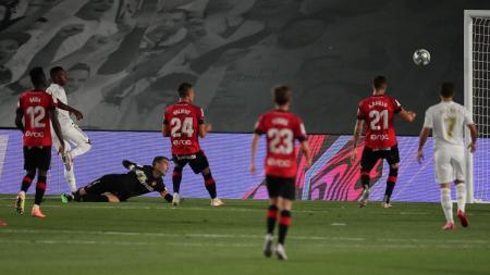 Real Madrid kembali ke puncak klasemen LaLiga Spanyol usai membekap Real Mallorca, Kamis (24/06/20) dini hari WIB 2-0, lewat aksi Vinicius dan Sergio Ramos. - INDOSPORT