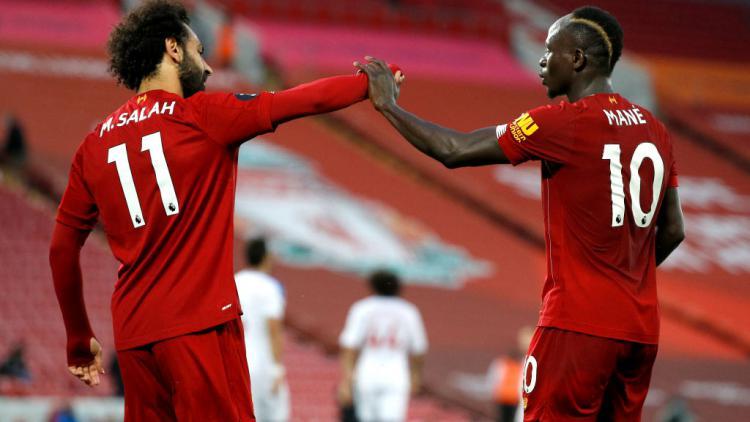 Mohamed Salah dan Sadio Mane merayakan golnya di laga Liverpool vs Crystal Palace Copyright: Phil Noble/Pool via Getty Images
