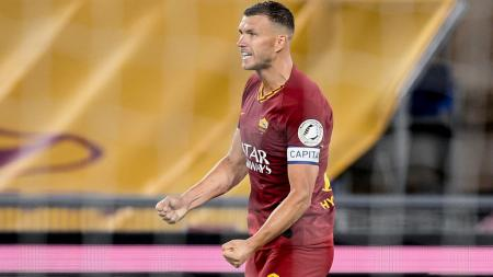 AS Roma siap melepas Edin Dzeko ke Paris Saint-Germain untuk dibarter dengan Mauro Icardi di bursa transfer ini, usai perselisihan dengan pelatih Paulo Fonseca. - INDOSPORT