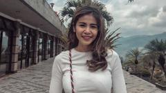 Indosport - Kartika Wijaksasana membuat para netizen iri dengan penampilan seksi dan body goals miliknya dalam pose yang ia lakukan di pinggir pantai.
